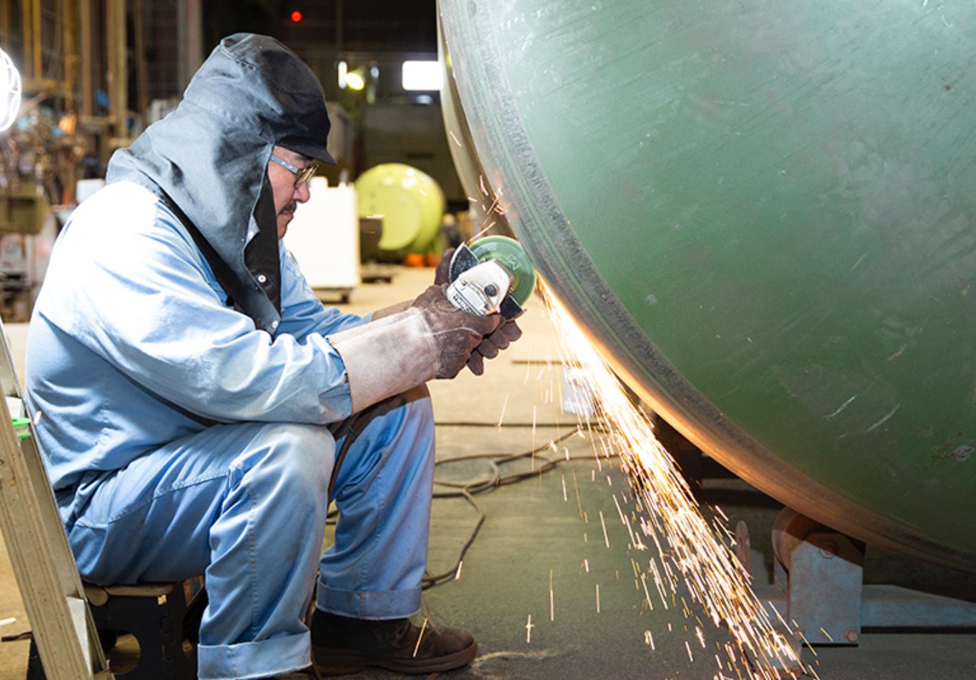 バルク貯槽を製造するニイミ産業社員
