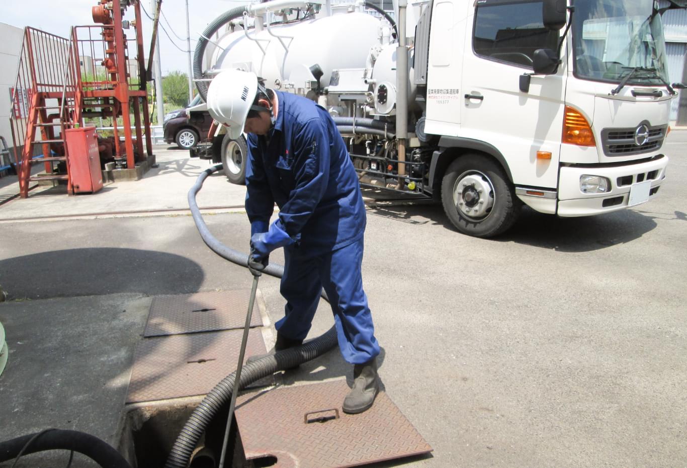 廃棄物の回収をするニイミ産業社員