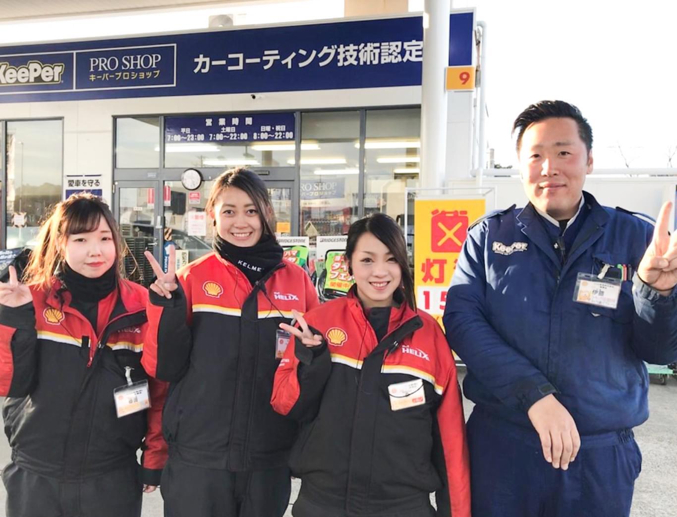 笑顔で接客をするガソリンスタンドのスタッフ